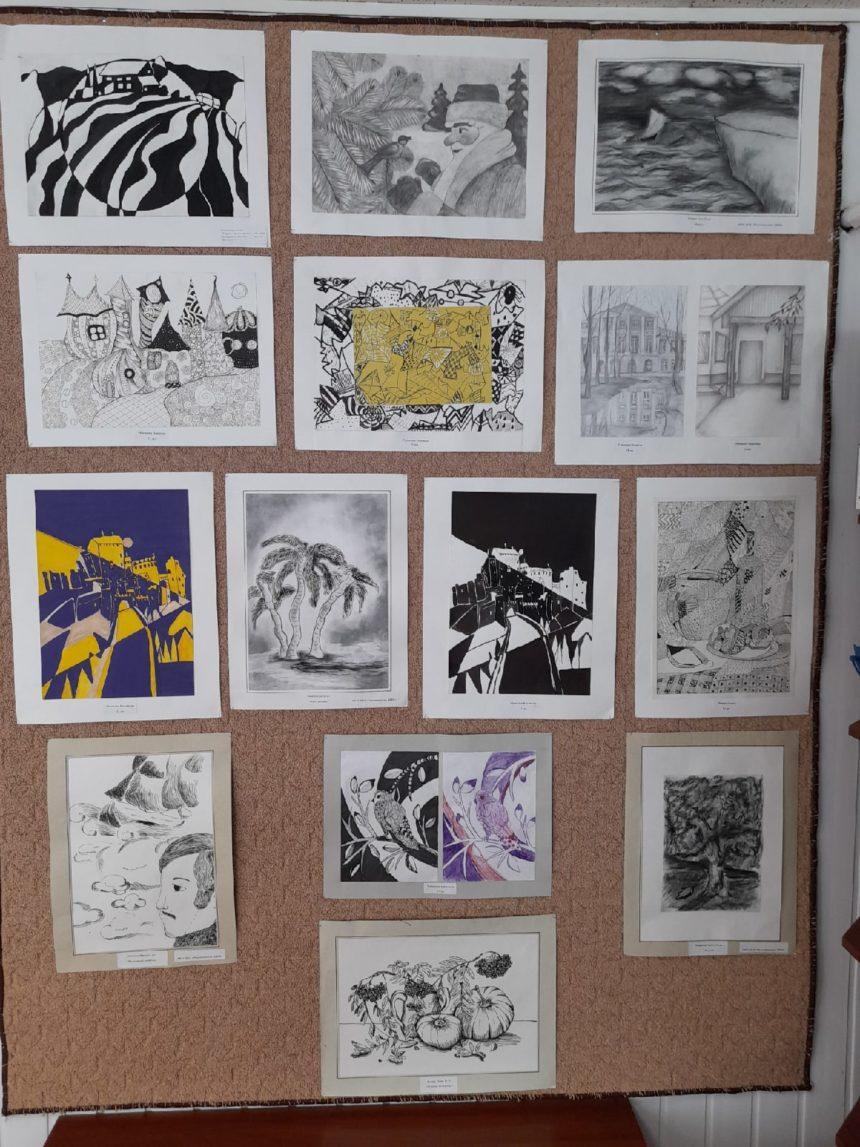 С 4 февраля 2021 г. в сельской библиотеке посёлка Радужный открыта выставка творческих работ учащихся школы «Зендудлинг и графика».