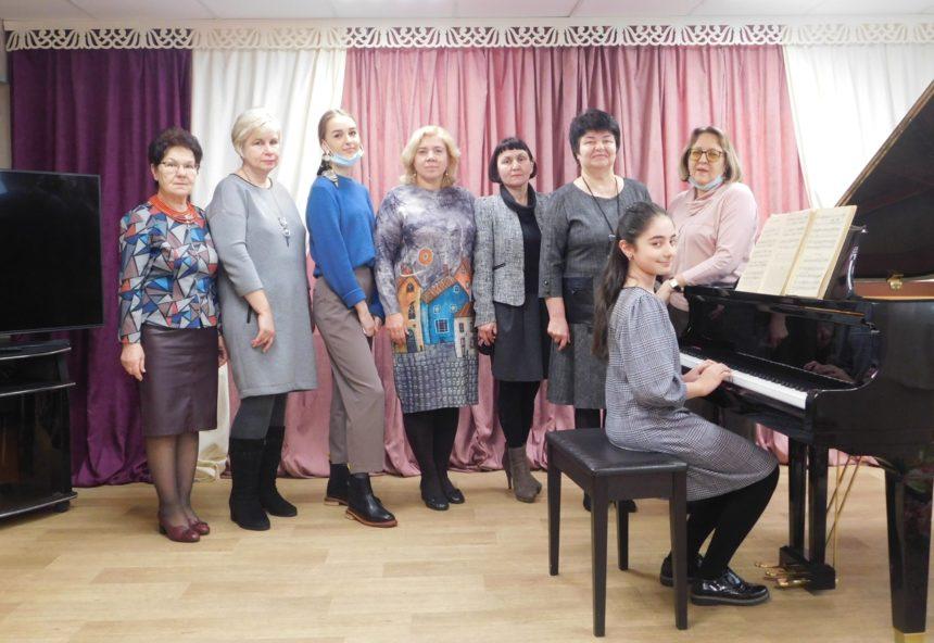 5 февраля 2021 г. заведующая фортепианным отделом 1 МОМК  провела мастер класс с учащимися фортепианного отдела школы.