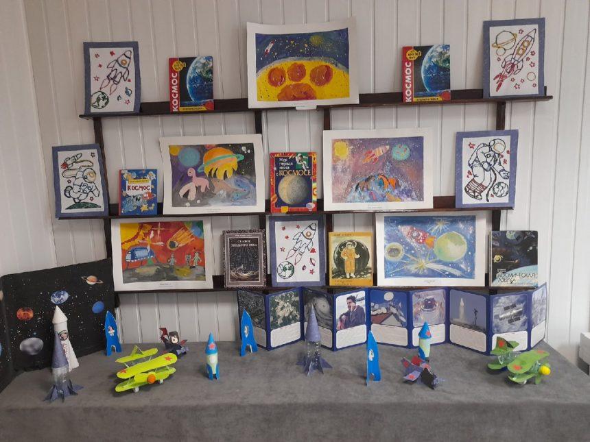 В Радужненской сельской библиотеке оформлена экспозиция к ежегодной акции «Библионочь 2021», на которой представлены работы учащихся художественного отделения нашей школы.